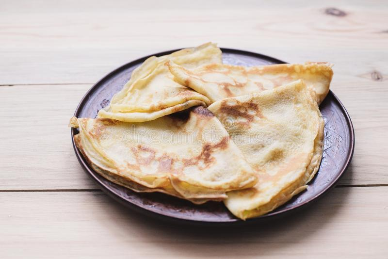 俄国稀薄的俄式薄煎饼薄煎饼 Maslenitsa Maslenitsa是Maslenitsa食物节日 与拷贝空间的顶视图 图库摄影