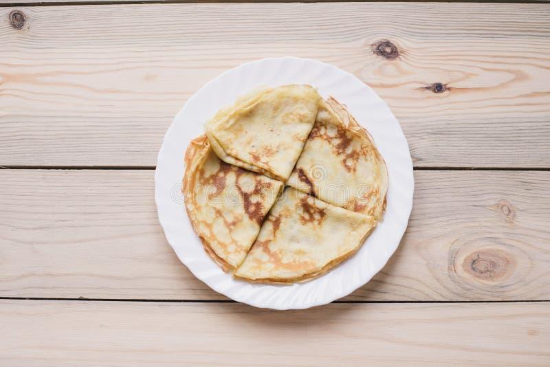 俄国稀薄的俄式薄煎饼薄煎饼 Maslenitsa Maslenitsa是Maslenitsa食物节日 与拷贝空间的顶视图 免版税库存图片