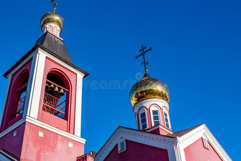 俄罗斯正教会的方形的钟楼和圆顶与十字架的 库存图片
