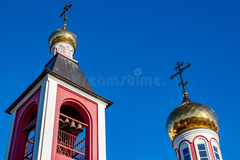 俄罗斯正教会的方形的钟楼和圆顶与十字架的 库存照片
