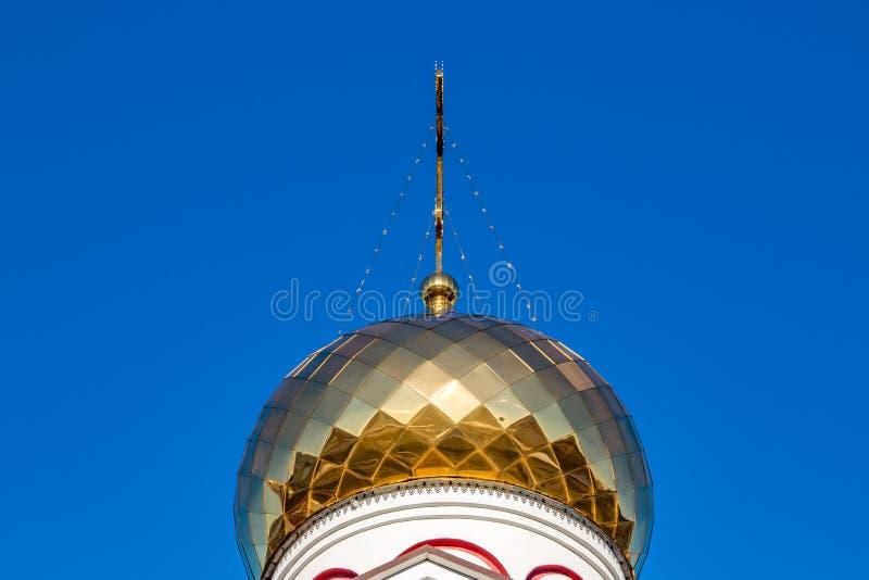 俄罗斯正教会的被镀金的圆顶与十字架的 免版税图库摄影