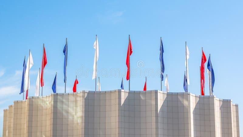 俄罗斯联邦的分开的旗子三色在Primorsky疆土的管理的大厦 库存照片
