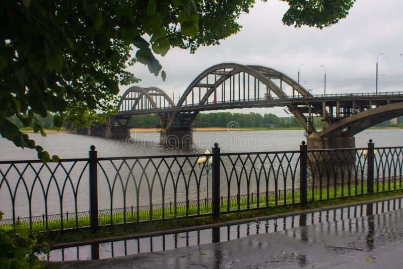 俄罗斯,雷宾斯克,27,2015年6月:横跨伏尔加河的雷宾斯克桥梁 库存图片