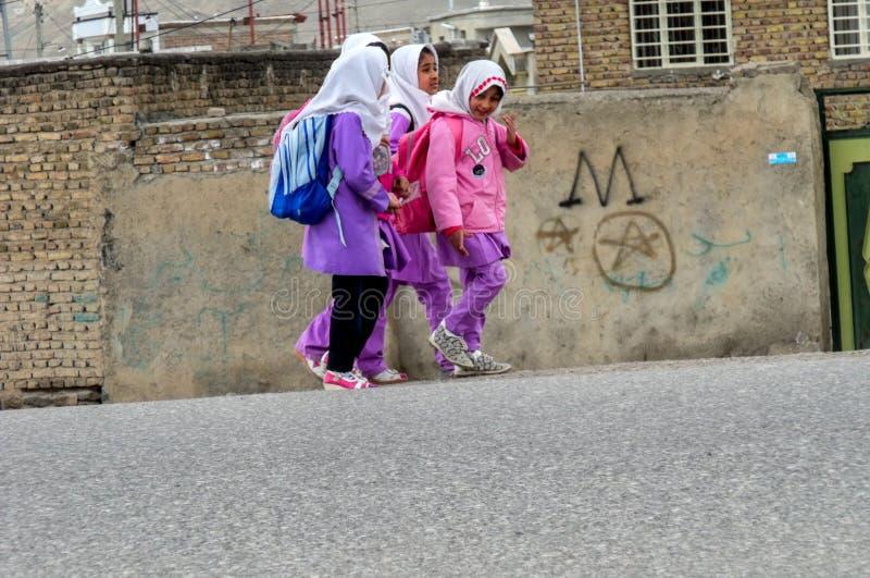 Ä°ranian-Mädchen gehen zur Schule stockfotos