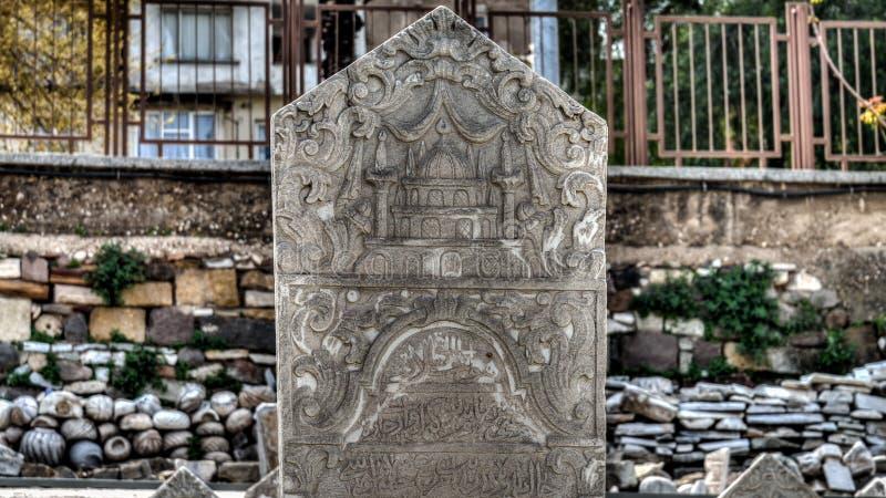 Ä°zmir, Turquía - 31 de marzo de 2013: Una piedra sepulcral de Smyrna, una ciudad del griego clásico situada en la costa egea de  foto de archivo