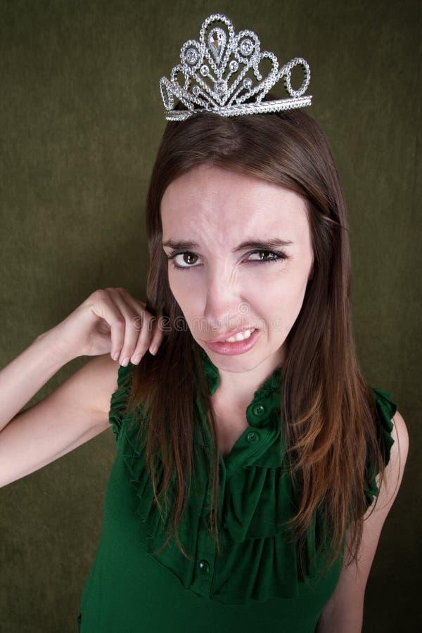 Äcklad ung kvinna i krona arkivbilder
