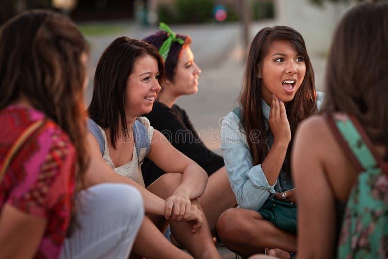 Äcklad ung kvinna med vänner royaltyfri foto
