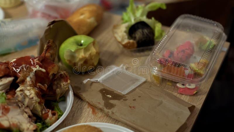 Äckliga smutsiga plattor mycket av sjukliga matrester efter studentparti royaltyfria foton
