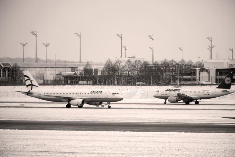 Ägäisches flaches Handelntaxi in München-Flughafen, Schnee lizenzfreies stockfoto