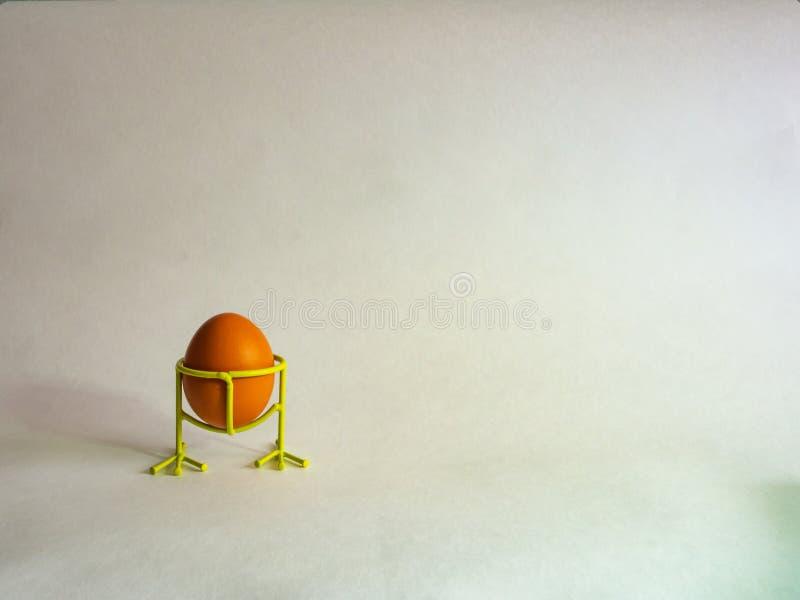 Ägg av brun färg förbereder sig för påsk på en ljus bakgrund royaltyfri foto