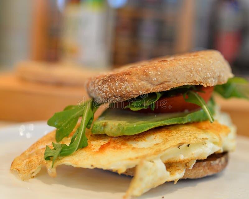 Ägg & avokado, tomatsmörgås arkivbild