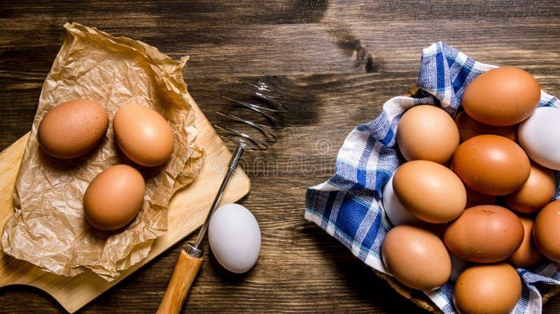 Ägg bakgrunden Äggen i bunken med vifta royaltyfri bild
