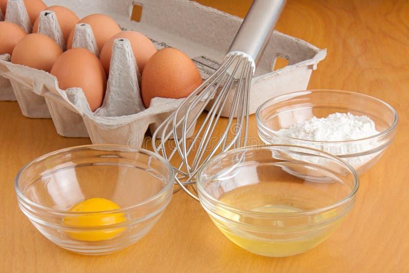 Ägg, bunkar och en vifta royaltyfria bilder