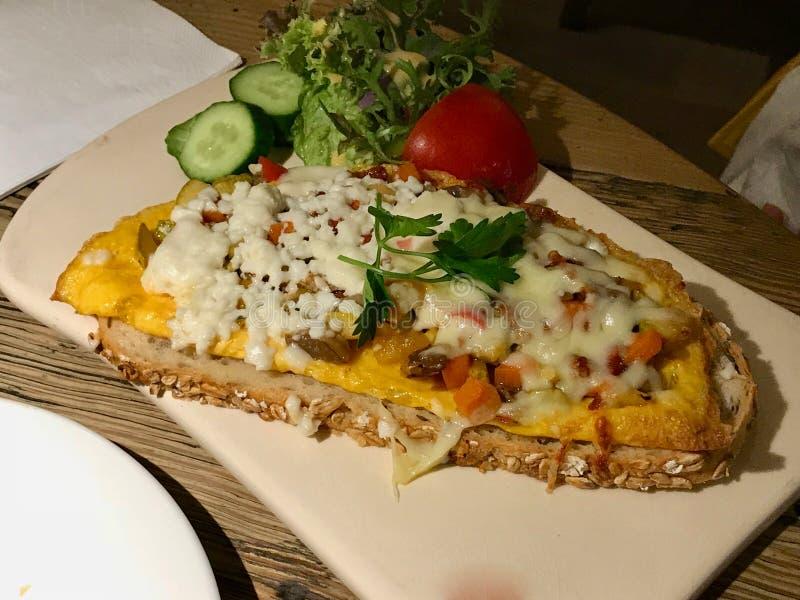 Ägg Crostini med den rostad bagetten, keso och skinka/Canape royaltyfri bild