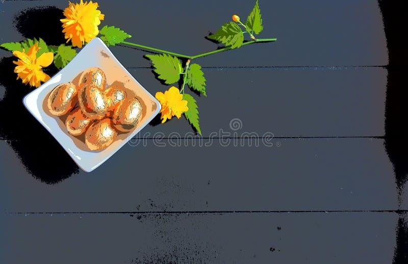 Ägg för choklad för påskbild guld- och mörk träbakgrund royaltyfri bild