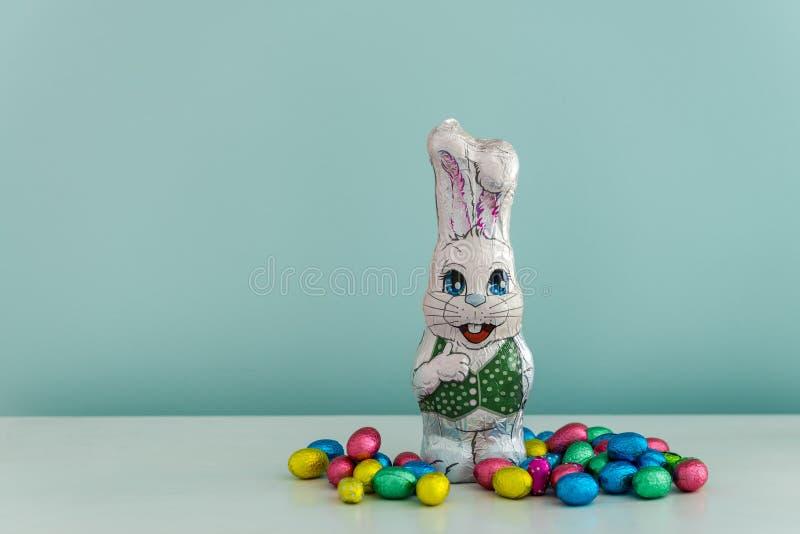Ägg för för chokladeaster kanin och kortkort arkivbilder