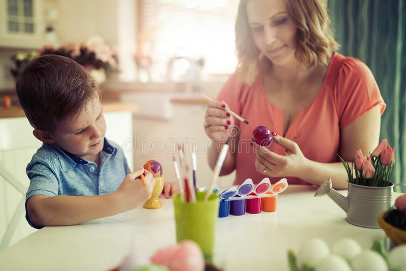 Ägg för moder- och sonmålarfärgpåsk arkivbilder