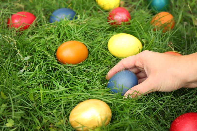 Ägg för påsk för kvinnahand hållande royaltyfria foton