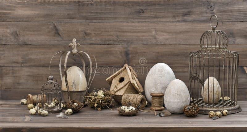 Ägg för tappningpåskgarnering bygga bo lif för fågelburnostalgiker fortfarande royaltyfria foton