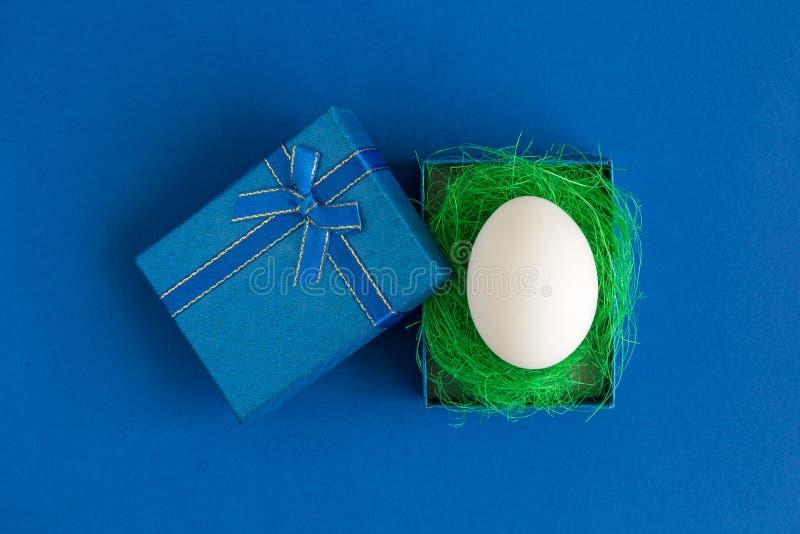Ägg i blått för easter för gåvaask abstrakt begrepp ferie arkivbilder