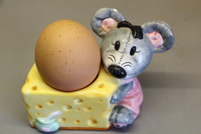Ägg i en äggkopp arkivbilder