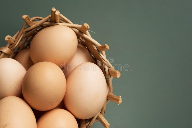 Ägg i en korg royaltyfria bilder