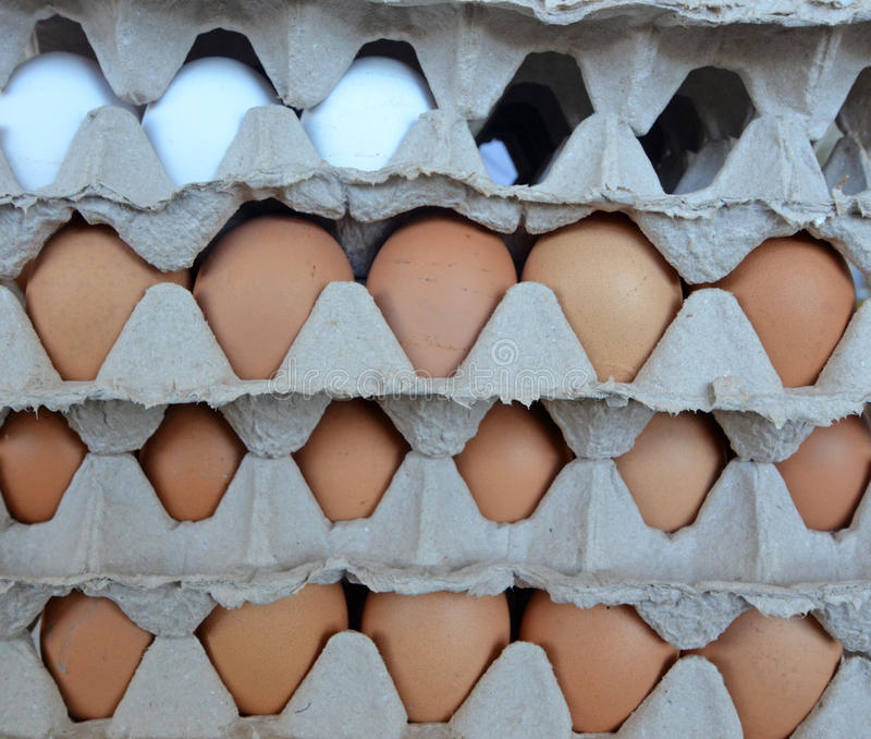 Ägg i en marknad arkivbilder