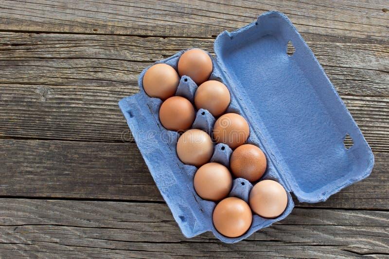 Ägg i en papppacke arkivfoto