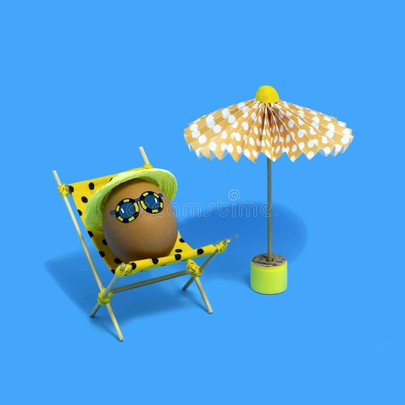 Ägg i schäslong under paraplyet Roligt begrepp för påsk arkivbild