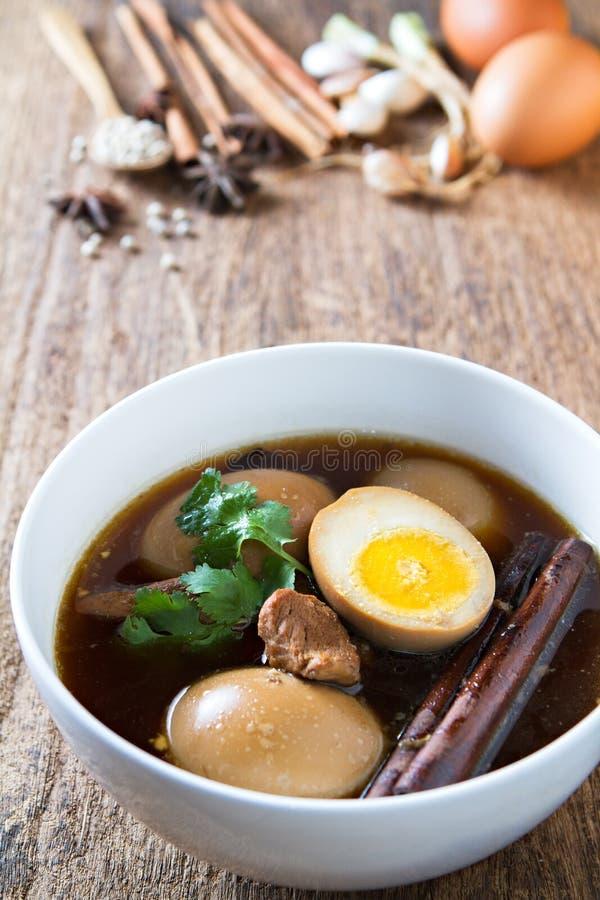 Ägg kokade i skyn med kryddor på träbakgrund Thailändsk kokkonst (den Kai PA-loen) royaltyfria bilder