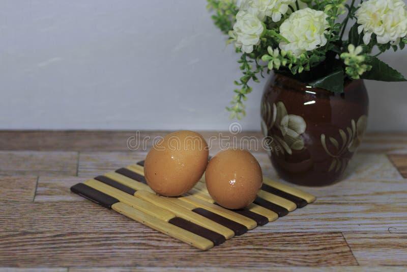 Ägg lägger på trät fotografering för bildbyråer
