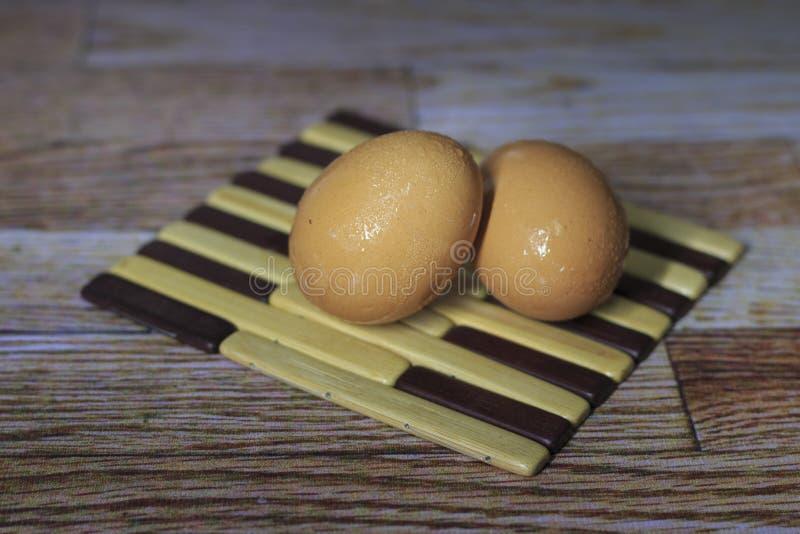 Ägg lägger på trät royaltyfri fotografi