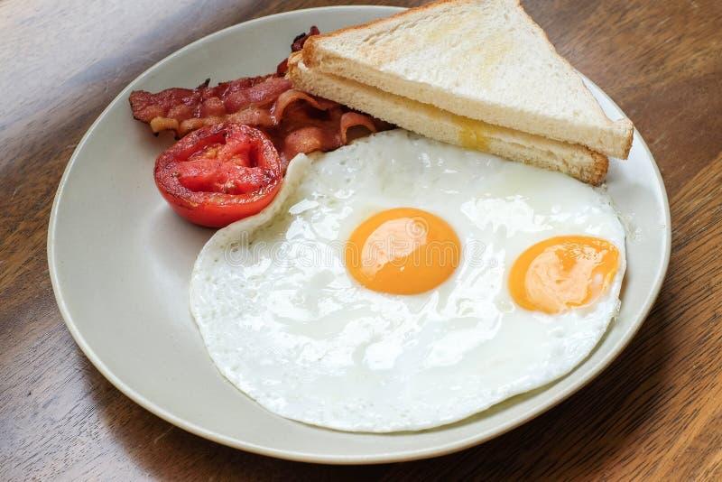 Ägg med bacon och bröd för frukost royaltyfri foto