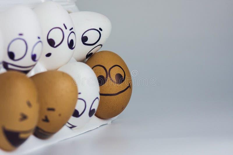 ägg med en framsida roliga och roliga målade framsidor royaltyfri bild