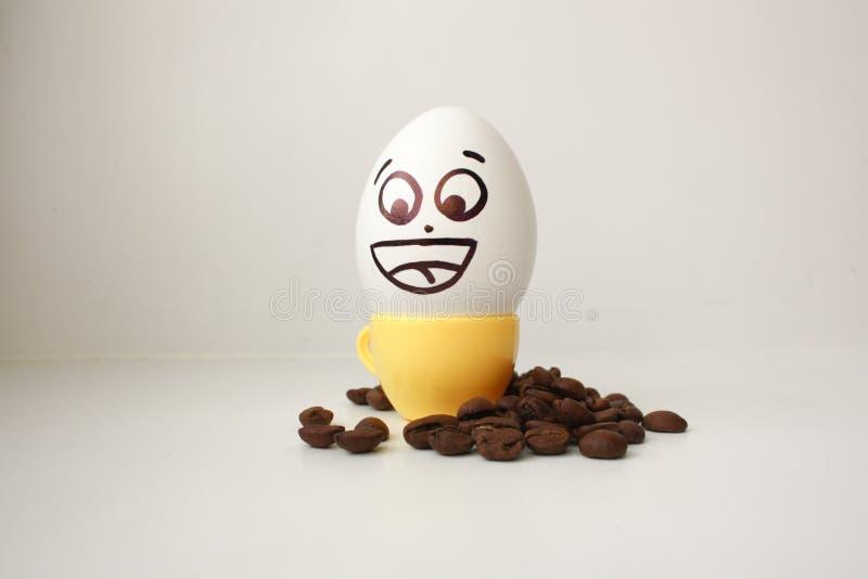 Ägg med en framsida Roligt och gulligt till ett kaffe råna royaltyfri foto