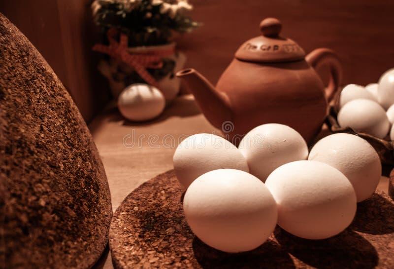 Ägg med en träbakgrund royaltyfri foto