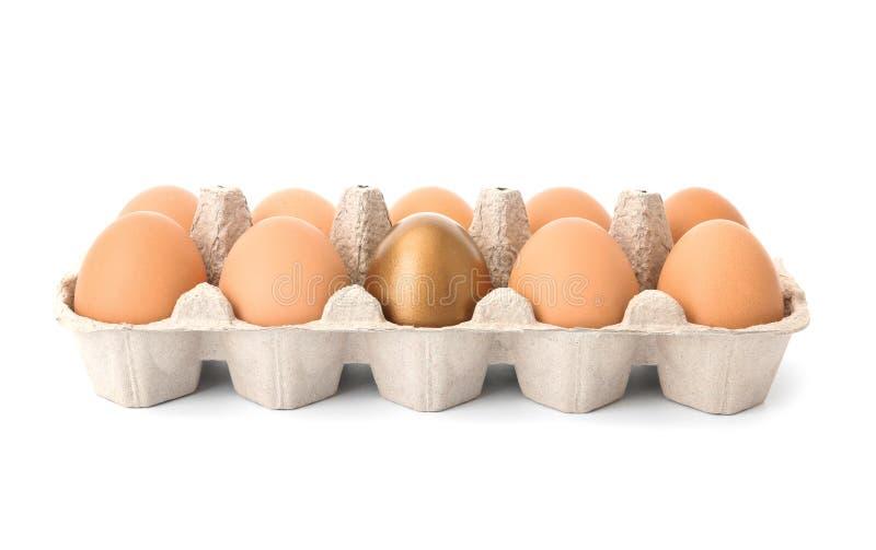 Ägg med guld- i låda arkivfoto