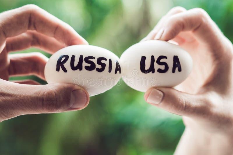 Ägg med inskrifterna av Ryssland och Förenta staterna, kamp, som är bruten konflikt mellan USA vs Ryssland fotografering för bildbyråer