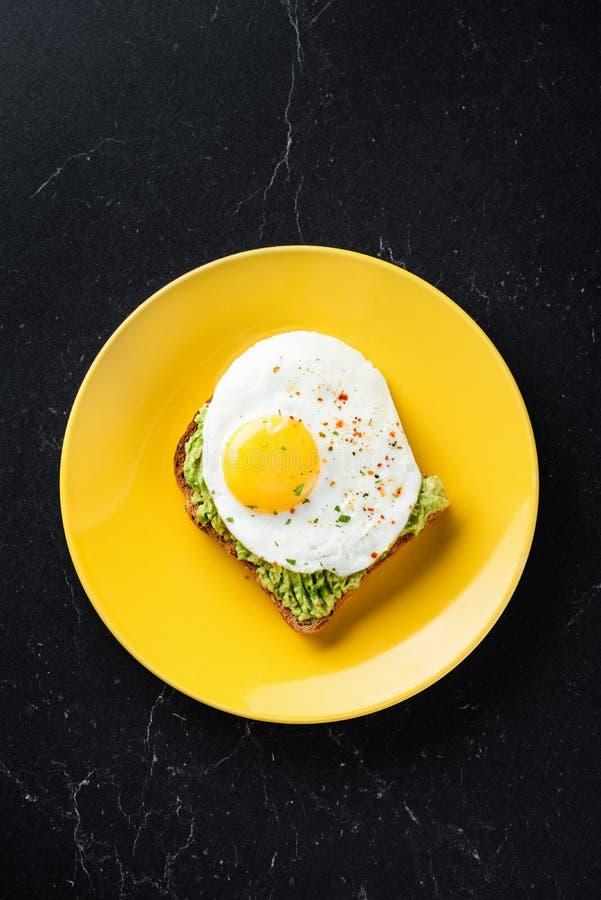 Ägg och avokado på rostat bröd arkivbilder