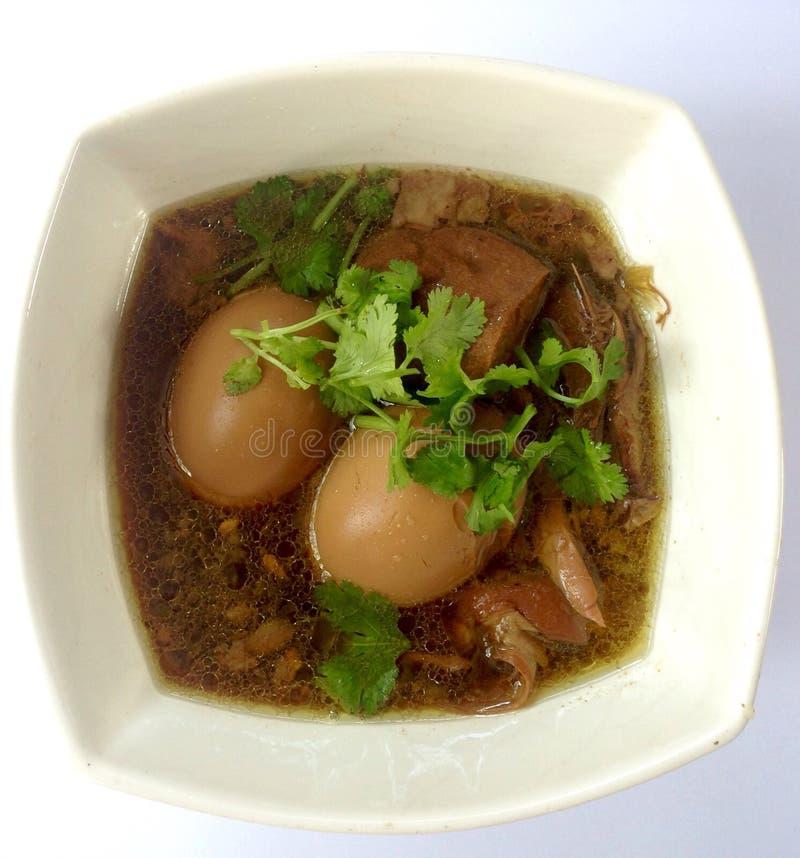 ägg och griskött i brun sås royaltyfri foto