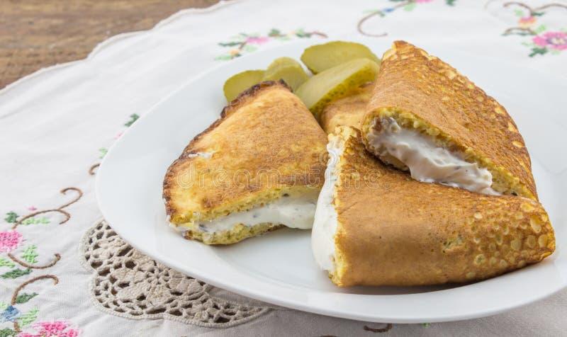 Ägg- och oatbrangallette som fylls med slät cott för vitlök och för ört royaltyfria foton