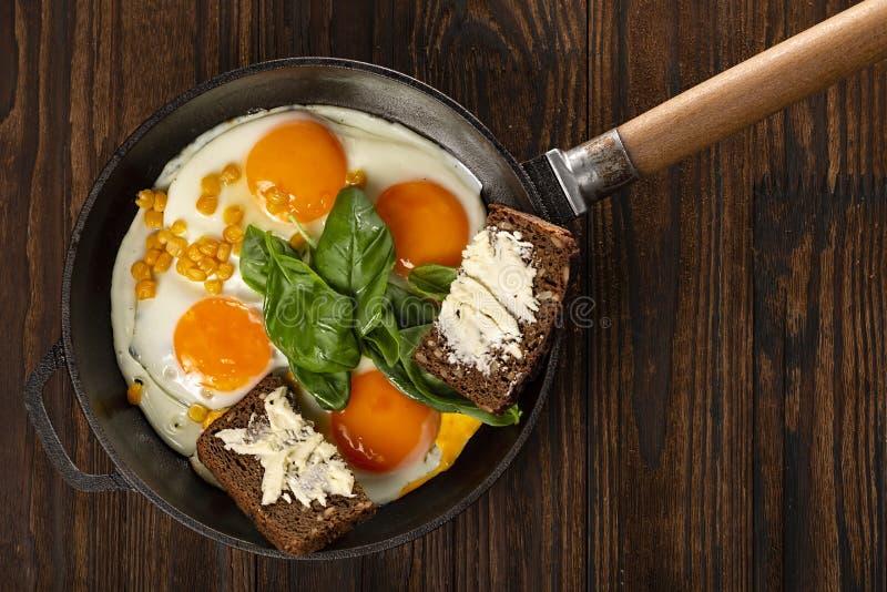 Ägg ost, slätt, veggie, spenatomelett, kaffe, dragen platta, franskt rostat bröd, hem, äggomelett royaltyfria foton