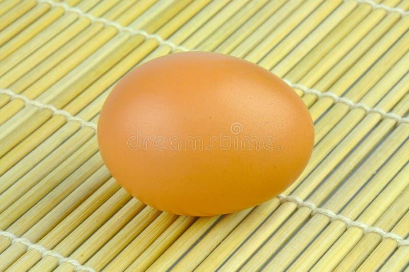 Ägg på matt bambu arkivfoto