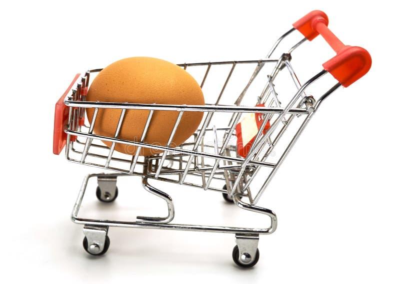 Ägg på shoppingvagnen fotografering för bildbyråer
