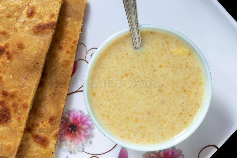Ägg Paratha med Dalia eller Daliya arkivfoto
