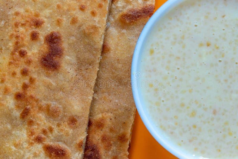 Ägg Paratha med Dalia eller Daliya arkivbild