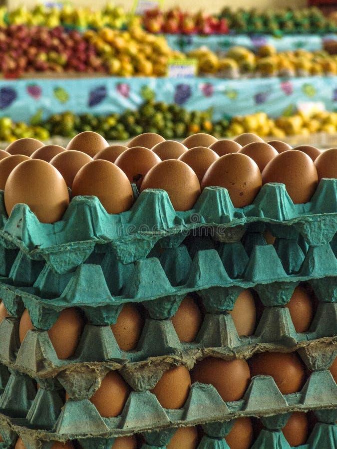 Ägg som är till salu i marknad royaltyfri bild