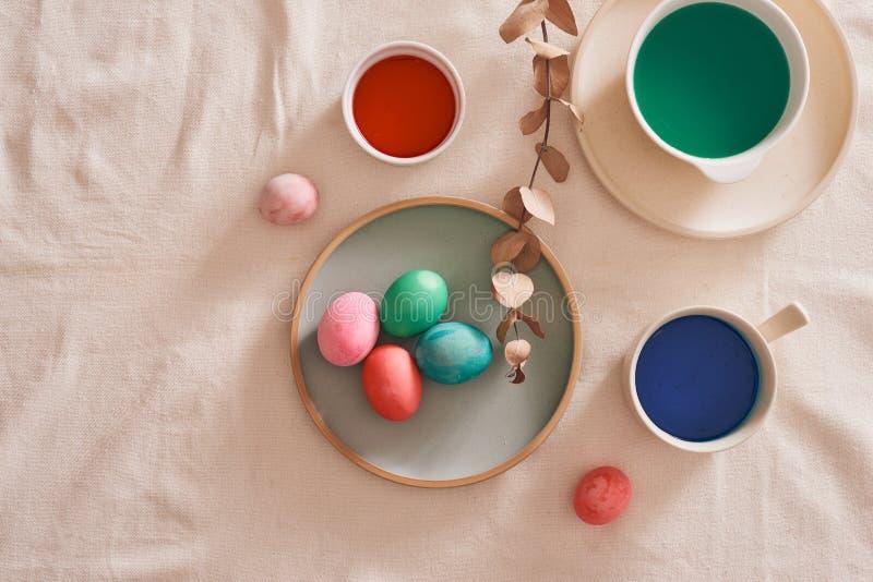 Ägg som förbereder målarfärg för den easter dagen arkivbild