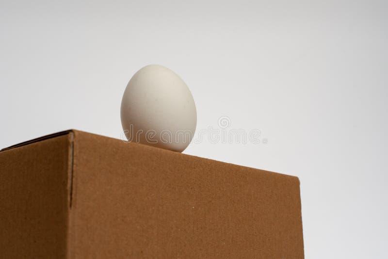 Ägg som står på asken som är klar att använda arkivbilder