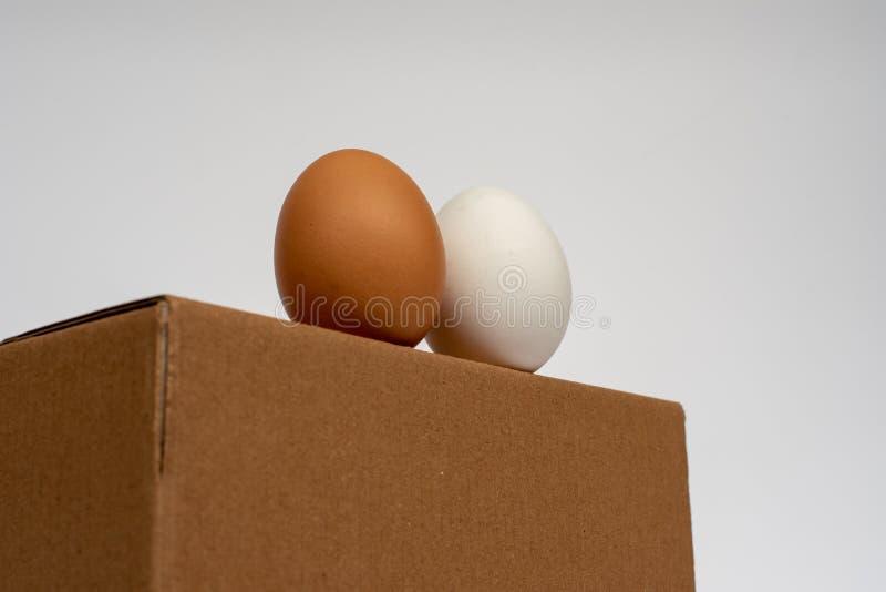 Ägg som står på asken som är klar att använda arkivfoto